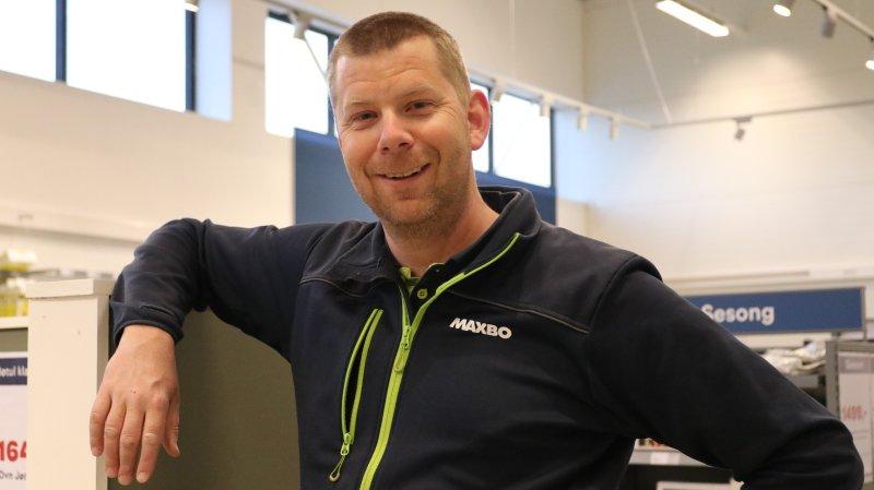 Godt gjort og HEL VED: Varehussjef Lars Nilsen ved Maxbo Kongsvinger er glad for å forsette samarbeidet med KIL.