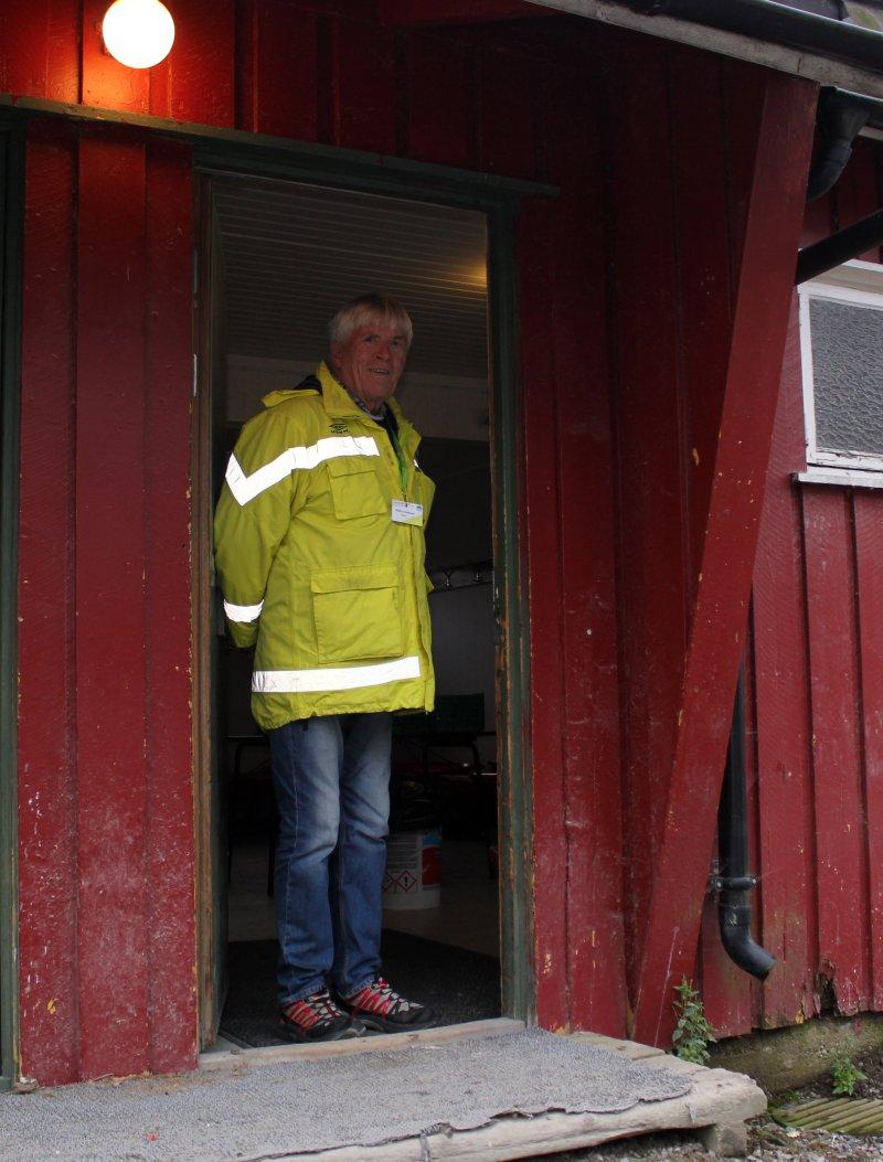 Bjørn Johansen foran den gamle hjemmegarderoben.
