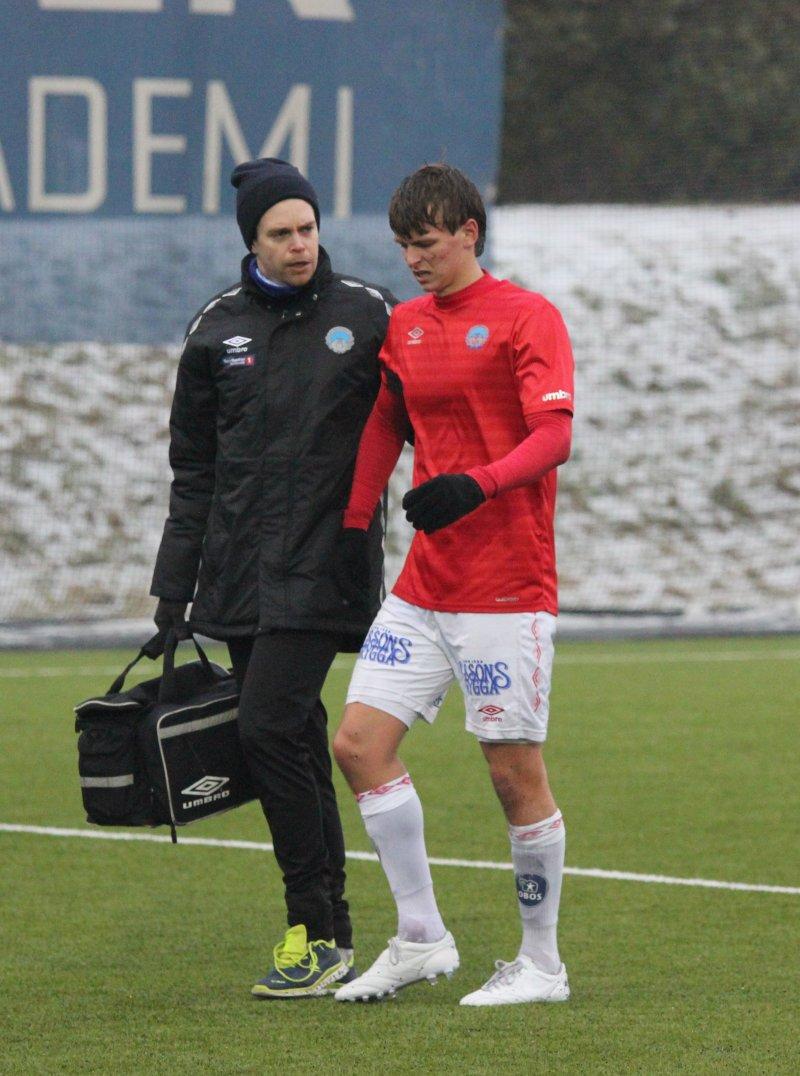 Adrian Ovlien måtte ut med skade.