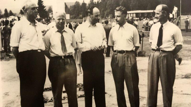 Byggekomitéen (1953): f.v. Magnus Ljøstad, Knut Broen, Alf Skyberg, Per Brandvold og Bjarne Engebretsen.
